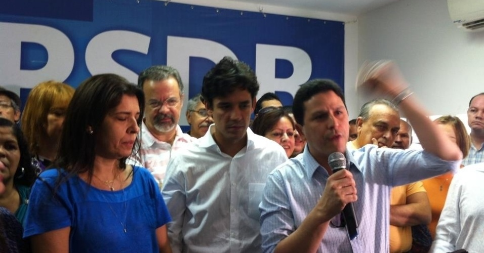30.jun.2012 - O PSDB homologou a candidatura de Daniel Coelho (centro) &#224; Prefeitura do Recife. O tucano estava acompanhado de sua vice, D&#233;bora Albuquerque (de blusa azul), e de Raul Jungmann (de &#243;culos), que desistiu de candidatar-se pelo PPS para apoiar Coelho