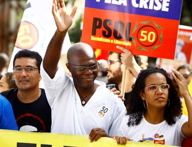 2.jul.2012 - O pr&#233;-candidato do PSOL &#224; Prefeitura de Salvador, Hamilton Assis, acena durante o desfile do Dois de Julho, nas ruas do centro de Salvador. A data marca a expuls&#227;o, em 1823, das tropas portuguesas da Bahia, fato que consolidou a independ&#234;ncia do Brasil em rela&#231;&#227;o a Portugal