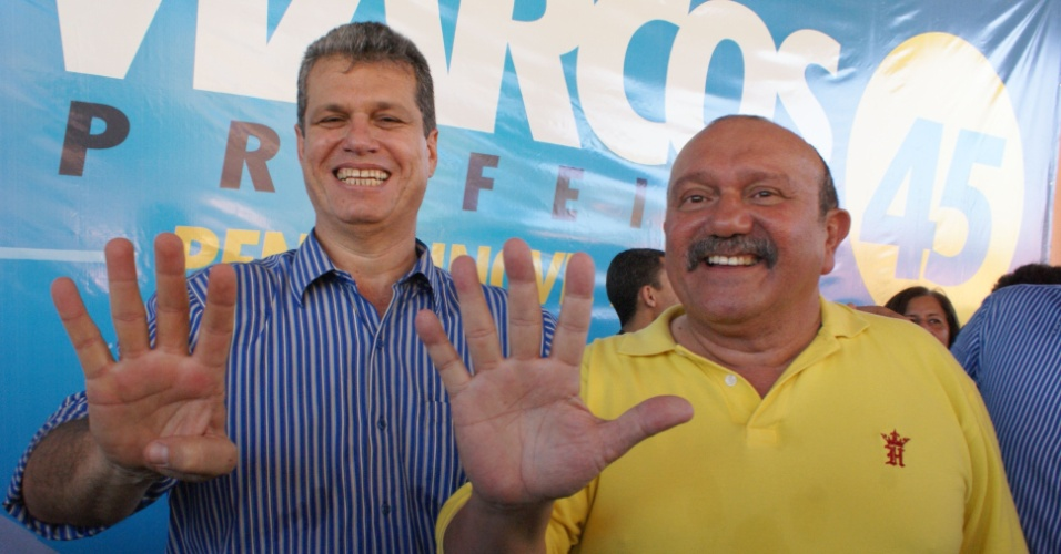 30.jun.2012 - Pr&#233;-candidato do PSDB &#224; Prefeitura de Fortaleza, Marcos Cals (esq.), posa ao lado do vice na chapa, Fernando Hugo (dir.), durante a conven&#231;&#227;o do PSDB em Fortaleza, realizada no &#250;ltimo s&#225;bado (30)