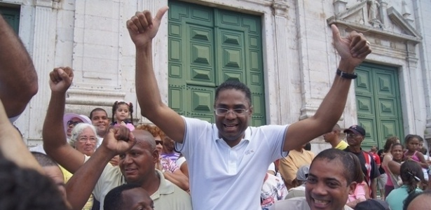 2.jul.2012 - Pr&#233;-candidato pelo PRB &#224; Prefeitura de Salvador, M&#225;rcio Marinho, participa do desfile do Dois de Julho, nas ruas do centro de Salvador. A data marca a expuls&#227;o, em 1823, das tropas portuguesas da Bahia, fato que consolidou a independ&#234;ncia do Brasil em rela&#231;&#227;o a Portugal