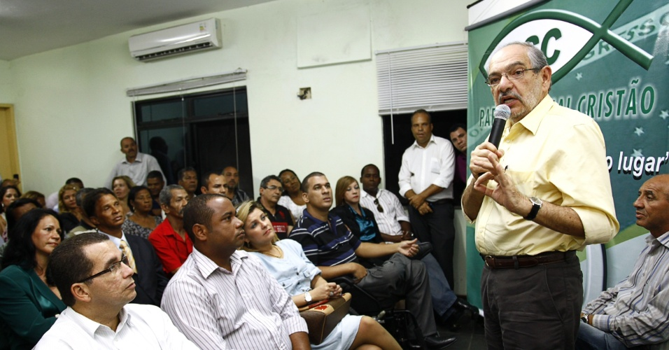 3.jul.2012 - Pr&#233;-candidato do PMDB &#224; Prefeitura de Salvador, M&#225;rio Kert&#233;sz, se re&#250;ne com integrantes do PSC, que decidiu apoiar sua candidatura