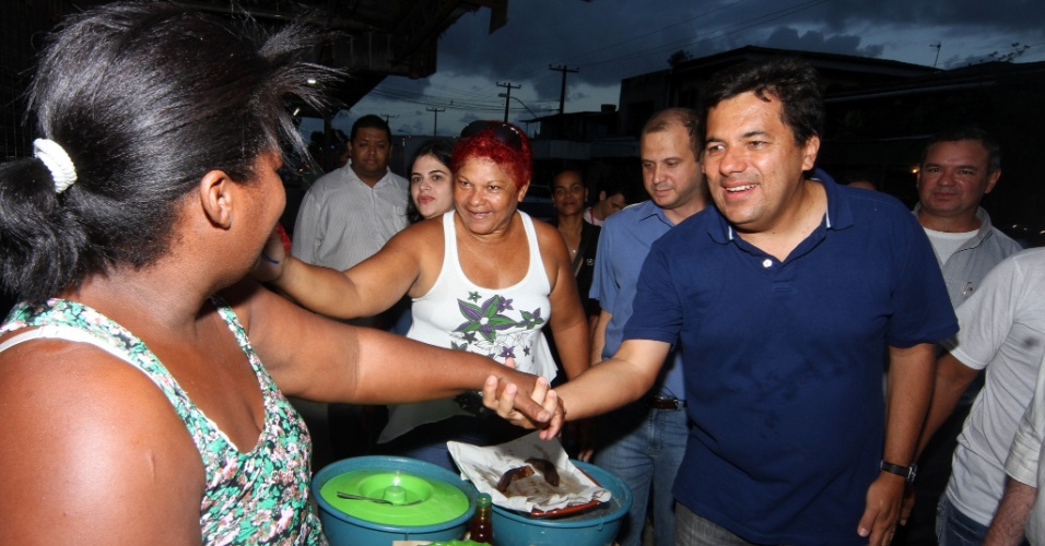 06.jul.2012 - O candidato &#224; Prefeitura do Recife Mendon&#231;a Filho (DEM) faz caminhada no bairro do Imbura, na periferia da cidade