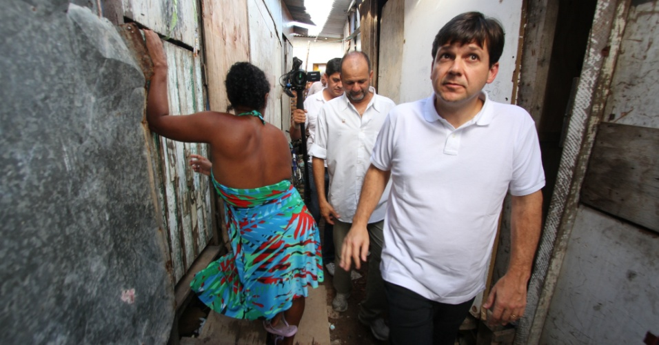 6.jul.2012 - Candidato do PSB &#224; Prefeitura do Recife, Geraldo Julio, visita a comunidade do Bode no Pina