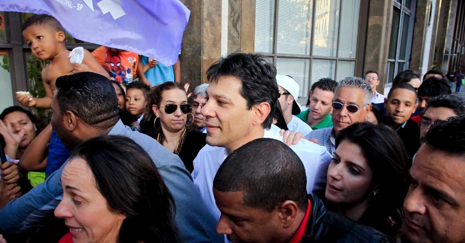 6.jul.2012 - Candidato do PT &#224; Prefeitura de S&#227;o Paulo, Fernando Haddad, inicia sua campanha eleitoral com uma caminhada na pra&#231;a do Patriarca (centro)