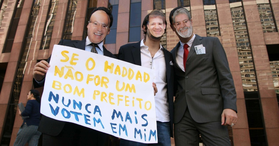 6.jul.2012 - Grupo de partid&#225;rios do PSOL em S&#227;o Paulo ironiza alian&#231;a pol&#237;tica entre o PT e o PP na capital paulista vestindo m&#225;scaras com os rostos do ex-prefeito Paulo Maluf, do candidato do PT Fernando Haddad e o ex-presidente Lula