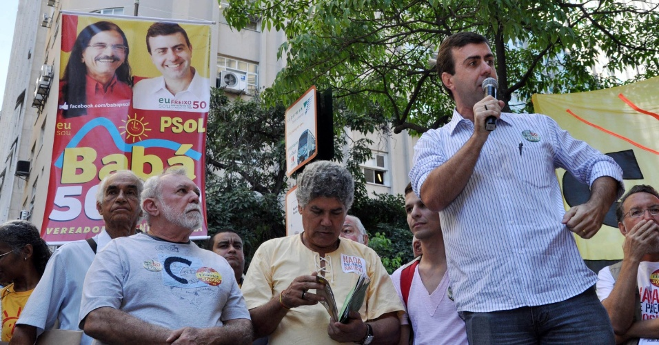 6.jul.2012 - O candidato &#224; Prefeitura do Rio de Janeiro pelo PSOL, Marcelo Freixo, discursa no Buraco do Lume, regi&#227;o central da cidade