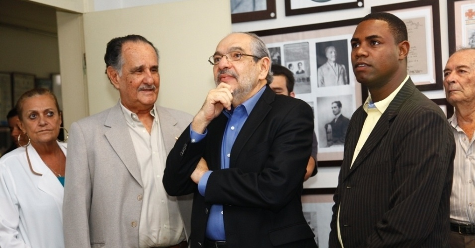 6.jul.2012 - O candidato do PMDB &#224; Prefeitura de Salvador, M&#225;rio Kert&#233;sz, iniciou sua agenda de campanha com uma visita ao Hospital Artistides Maltez e &#224; Liga Baiana Contra o C&#226;ncer, acompanhado de seu vice Nestor Neto (&#224; dir.)