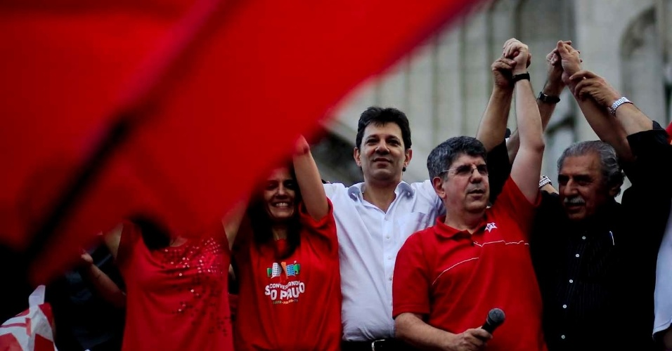 6.jul.2012 - O candidato do PT &#224; Prefeitura de S&#227;o Paulo, Fernando Haddad, encerra o primeiro evento da campanha na Pra&#231;a da S&#233;