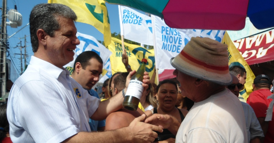 8.jul.2012 - Candidato do PSDB &#224; Prefeitura de Fortaleza, Marcos Cals, visita a tradicional Feira de Messejana, zona sul da capital cearense, na manh&#227; deste domingo (8)