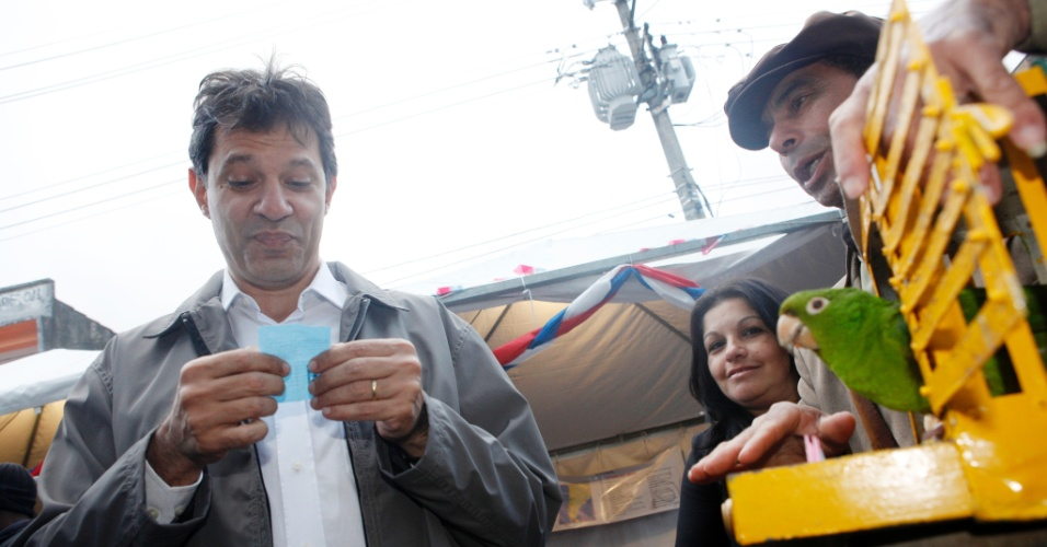 8.jul.2012 - Fernando Haddad, candidato do PT &#224; Prefeitura de S&#227;o Paulo, visita a feira das na&#231;&#245;es, no bairro de Ermelino Matarazzo, zona leste da capital. No evento, ele foi aconselhado por Chiquinho, papagaio de realejo, a evitar m&#225;s companhias
