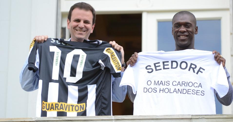 9.jul.2012 - Candidato à reeleição no Rio de Janeiro, o prefeito Eduardo Paes (PMDB), se encontra com o jogador Seedorf, novo jogador do Botafogo