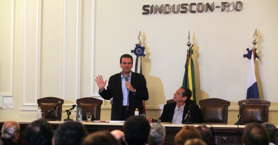 10.jul.2012 - Eduardo Paes, candidato &#224; reelei&#231;&#227;o pelo PMDB no Rio de Janeiro, participa de encontro com representantes do Sindicato da Ind&#250;stria da Constru&#231;&#227;o Civil no Estado do Rio de Janeiro
