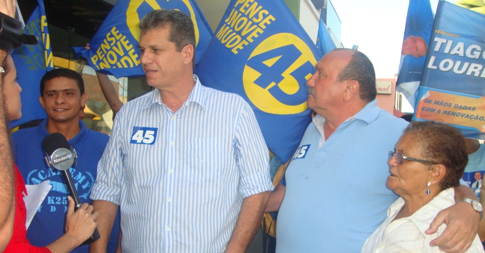 10.jul.2012 - Marcos Cals (&#224; esq.), candidato do PSDB &#224; Prefeitura de Fortaleza, fez uma caminhada pelo centro da cidade nesta ter&#231;a-feira, acompanhado do seu candidato a vice, o deputado estadual pelo PSDB Fernando Hugo (&#224; dir.)