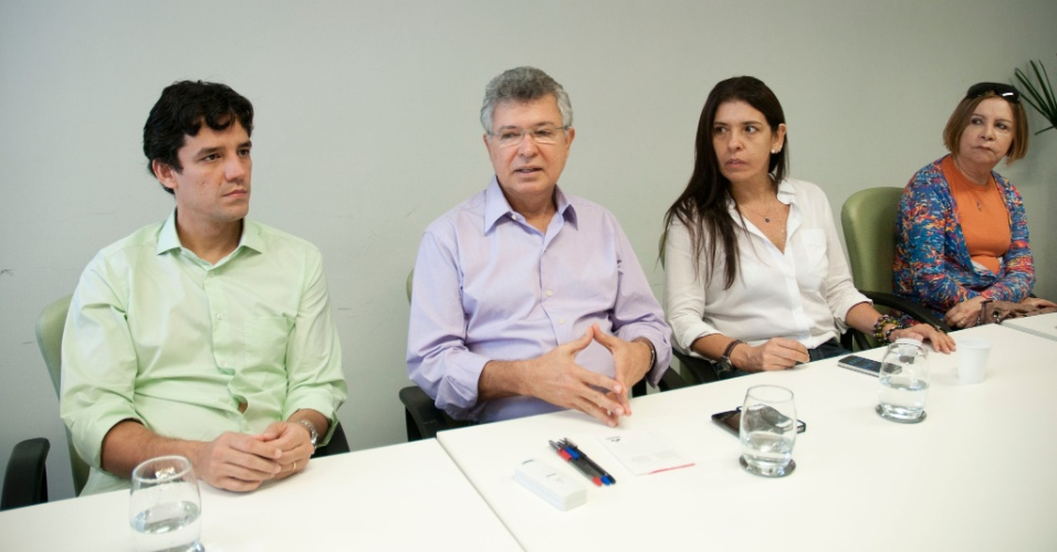 12.jul.2012 - O candidato Daniel Coelho (PSDB) e sua vice, D&#233;bora Albuquerque, se reuniram com o prefeito de Jaboat&#227;o dos Guararapes (PE), Elias Gomes, para conhecer mais a fundo o modelo de gest&#227;o implantando no munic&#237;pio
