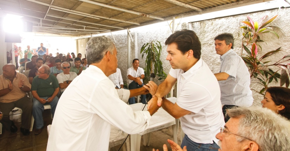 14.jul.2012 - O candidato do PSB &#224; Prefeitura do Recife, Geraldo Julio, cumprimenta partid&#225;rio durante encontro com os candidatos &#224; vereador do PTN no bairro da Bomba do Hemet&#233;rio, na manh&#227; deste s&#225;bado