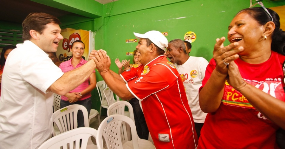 18.jul.2012 - Geraldo Julio, candidato do PSB &#224; Prefeitura do Recife, cumprimenta moradores do Morro da Concei&#231;&#227;o, na zona norte da capital pernambucana. No encontro, Geraldo disse que vai acabar com problemas nas encostas e melhorar a situa&#231;&#227;o das cal&#231;adas da cidade