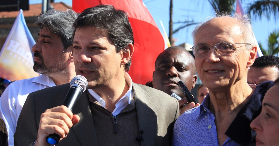19.jul.2012 - O candidato &#224; Prefeitura de S&#227;o Paulo pelo PT, Fernando Haddad (&#224; esq.), discursa aos eleitores ao lado do senador Eduardo Suplicy (&#224; dir.) durante caminhada pelo bairro de Perus, zona norte da capital paulista
