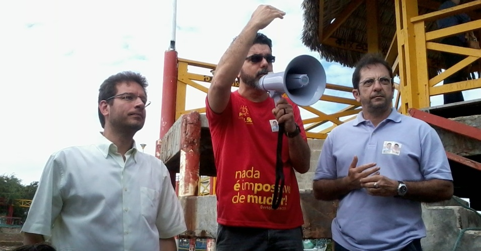 21.jul.2012 - O candidato do PSOL &#224; Prefeitura de Fortaleza, Renato Roseno (&#224; esq.), fez campanha na APA (&#193;rea de Preserva&#231;&#227;o Ambiental) da barra do rio Cear&#225;, onde defendeu a cria&#231;&#227;o de um plano de manejo para a &#225;rea
