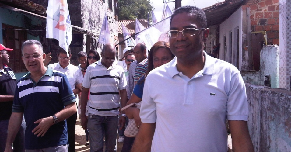 22.jul.2012 - O candidato do PRB &#224; Prefeitura de Salvador, M&#225;rcio Marinho, visitou neste domingo a Ilha de Mar&#233;, ilha da Ba&#237;a de Todos os Santos pertencente ao munic&#237;pio de Salvador, onde conversou com pescadores e marisqueiras