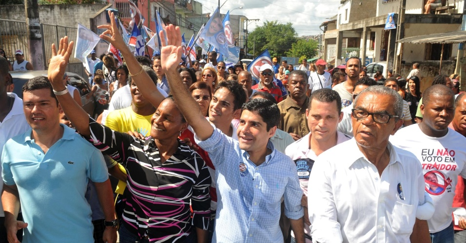 22.jul.2012 - O candidato pelo DEM &#224; Prefeitura de Salvador, ACM Neto, acena durante caminhada no bairro de Plataforma, no Sub&#250;rbio Ferrovi&#225;rio. Neto afirmou que, se eleito, ir&#225; acabar com as Administra&#231;&#245;es Regionais (ARs) e implantar na cidade os Centros de Gest&#227;o Municipal, onde o cidad&#227;o poder&#225; solicitar servi&#231;os p&#250;blicos municipais