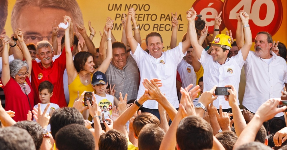 22.jul.2012 - O governador de Pernambuco e presidente nacional do PSB, Eduardo Campos (no centro, de branco), participou do lan&#231;amento do comit&#234; de campanha de Geraldo Julio (usando capacete), candidato &#224; Prefeitura do Recife. Pesquisa Datafolha aponta J&#250;lio com 7% das inten&#231;&#245;es de voto