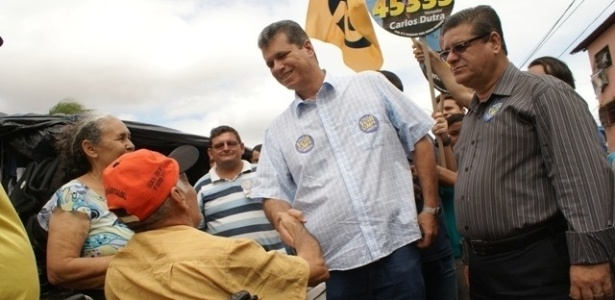 23.jul.2012 - O candidato do PSDB &#224; Prefeitura de Fortaleza, Marcos Cals, conversa com eleitores durante caminhada na Feira do Carlito Pamplona, zona oeste da capital cearense, durante a manh&#227; desta segunda-feira (23)
