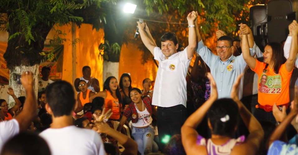23.jul.2012 - O candidato do PSB &#224; Prefeitura do Recife, Geraldo Julio, participa de encontro com eleitores no bairro de Bras&#237;lia Teimosa, na zona sul do Recife