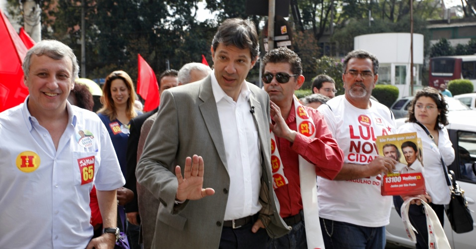 24.jul.2012 - Fernando Haddad, candidato do PT &#224; Prefeitura de S&#227;o Paulo, faz caminhada pelo bairro de Pinheiros, zona oeste da capital paulista, na tarde desta ter&#231;a-feira (24)