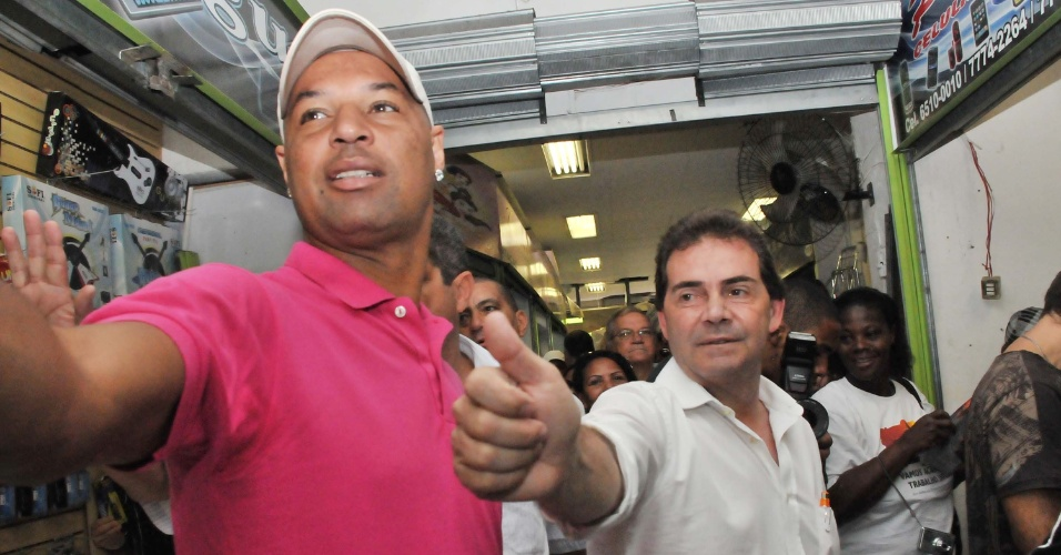 24.jul.2012 - O candidato do PDT &#224; Prefeitura de S&#227;o Paulo, Paulinho da For&#231;a (&#224; dir.), faz caminhada pelo Mercado Municipal de S&#227;o Paulo ao lado do ex-jogador e candidato a vereador Dinei (&#224; esq.)