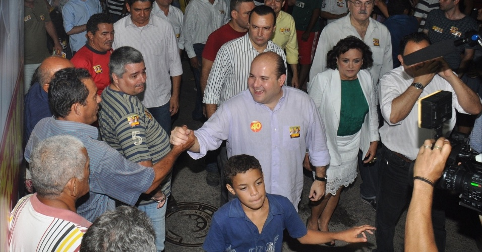 25.jul.2012 - O candidato do PSB &#224; Prefeitura de Fortaleza, Roberto Cl&#225;udio, cumprimenta eleitores no bairro de Varjota, na zona oeste da capital cearense