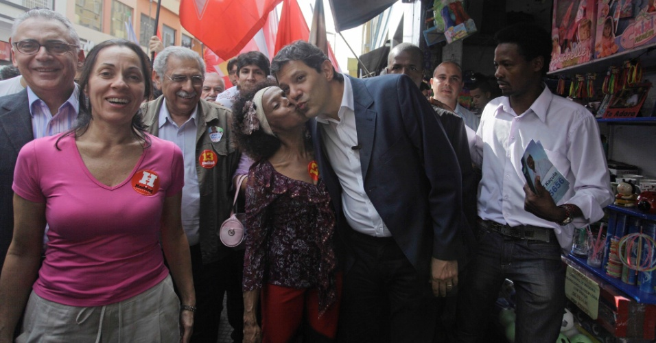 27.jul.2012 - Fernando Haddad, candidato do PT &#224; Prefeitura de S&#227;o Paulo, cumprimenta eleitora durante caminhada pela rua 25 de Mar&#231;o, no centro da cidade