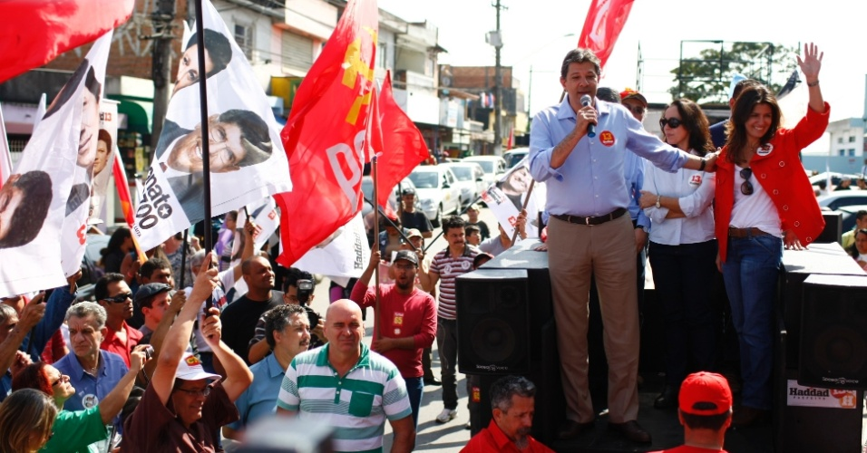 28.jul.2012 - Fernando Haddad, candidato do PT &#224; Prefeitura de S&#227;o Paulo, disse neste s&#225;bado, durante carreata no bairro do Graja&#250;, zona sul da capital, que o julgamento do mensal&#227;o n&#227;o mobiliza o eleitor paulistano