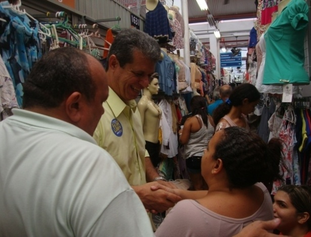 28.jul.2012 - O candidato do PSDB &#224; Prefeitura de Fortaleza, Marcos Cals (de camisa amarela), disse que vai criar um camel&#243;dromo para 10 mil comerciantes durante visita ao Beco da Poeira, no centro da capital cearense