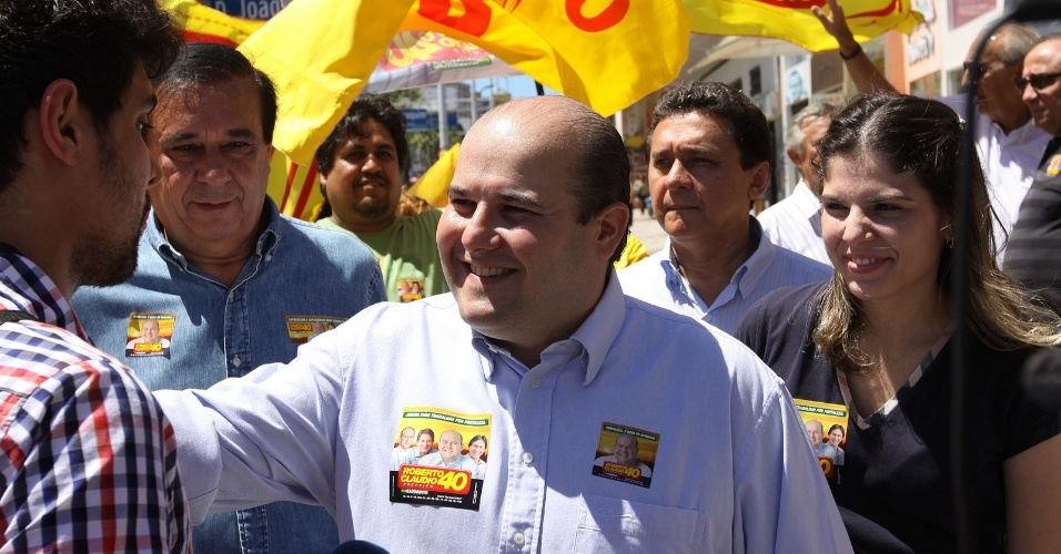 28.jul.2012 - Roberto Cl&#225;udio, candidato do PSB &#224; Prefeitura de Fortaleza, fez caminhada neste s&#225;bado na avenida Monsenhor Tabosa, centro da capital cearense
