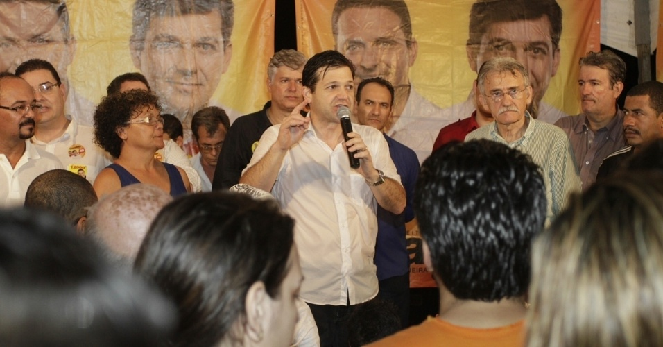 1.ago.2012 - O candidato do PSB &#224; Prefeitura do Recife, Geraldo Julio, discursa para eleitores depois de caminhada na noite desta quarta-feira pelos bairros Monsenhor Fabr&#237;cio, Iputinga e Detran, na zona oeste da capital pernambucana