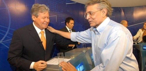 2.ago.2012 - MANAUS: O candidato &#224; prefeitura Pauderney Avelino (DEM) cumprimenta o advers&#225;rio Arthur V&#237;rgilio Neto (PSDB) durante o debate da TV Bandeirantes