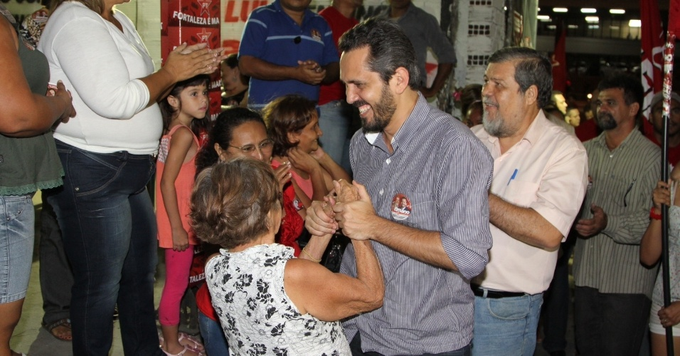 3.ago.2012 - O candidato do PT &#224; Prefeitura de Fortaleza, Elmano de Freitas, fez campanha nesta sexta-feira pelo bairro de Ant&#244;nio Bezerra