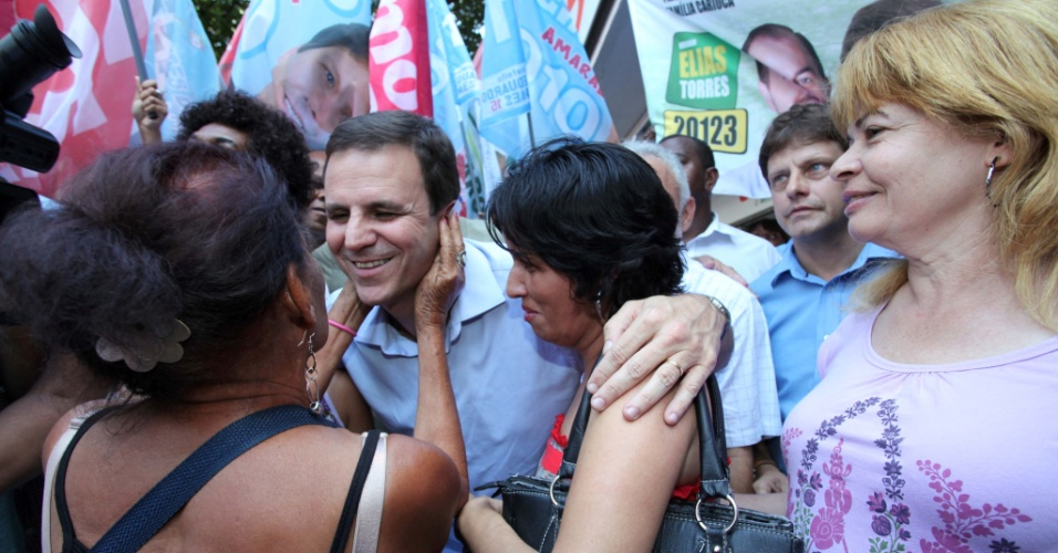4.ago.2012 - O prefeito do Rio de Janeiro e candidato &#224; reelei&#231;&#227;o, Eduardo Paes (PMDB), conversa com eleitoras durante caminhada no cal&#231;ad&#227;o de Campo Grande, na zona oeste da cidade