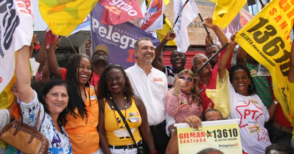 5.ago.2012 - O candidato do PT &#225; Prefeitura de Salvador, Nelson Pelegrino (ao centro, de branco), fez uma caminhada pelo bairro do Nordeste de Amaralina, acompanhado de sua vice do PC do B, Ol&#237;via Santana (2&#170; &#224; esq.). Pelegrino afirmou que pretende ampliar o programa que fornece equipamentos a trabalhadores aut&#244;nomos, como barcos para pescadores e carrinhos de cachorro-quente a vendedores ambulantes, por exemplo