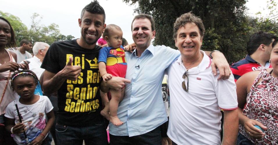 Eduardo Paes (centro), atual prefeito do Rio e candidato do PMDB à reeleição, faz caminhada pela Quinta da Boa Vista (zona norte da capital fluminense) ao lado de Léo Moura (esq.), jogador do Flamengo, e do ator Marcos Frora (esq.)