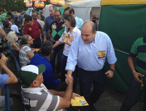 6.ago.2012 - Candidato do PSB em Fortaleza, Roberto Claudio, cumprimenta eleitores em caminhada pelas ruas do centro