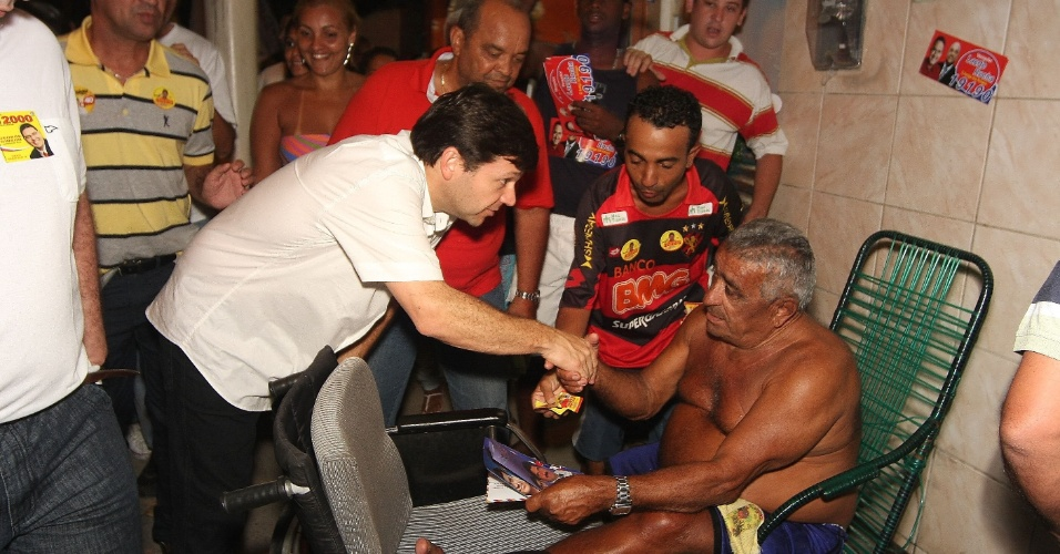 6.ago.2012 - O candidato do PSB &#224; Prefeitura do Recife, Geraldo Julio, cumprimenta eleitores do bairro Mustardinha