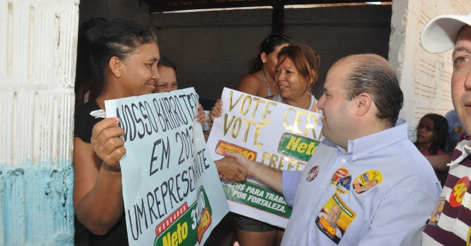 7.ago.2012 - O candidato do PSB &#224; Prefeitura de Fortaleza, Roberto Cl&#225;udio, cumprimenta eleitores durante caminhada pelo bairro Conjunto Palmeiras, zona sul da capital cearense