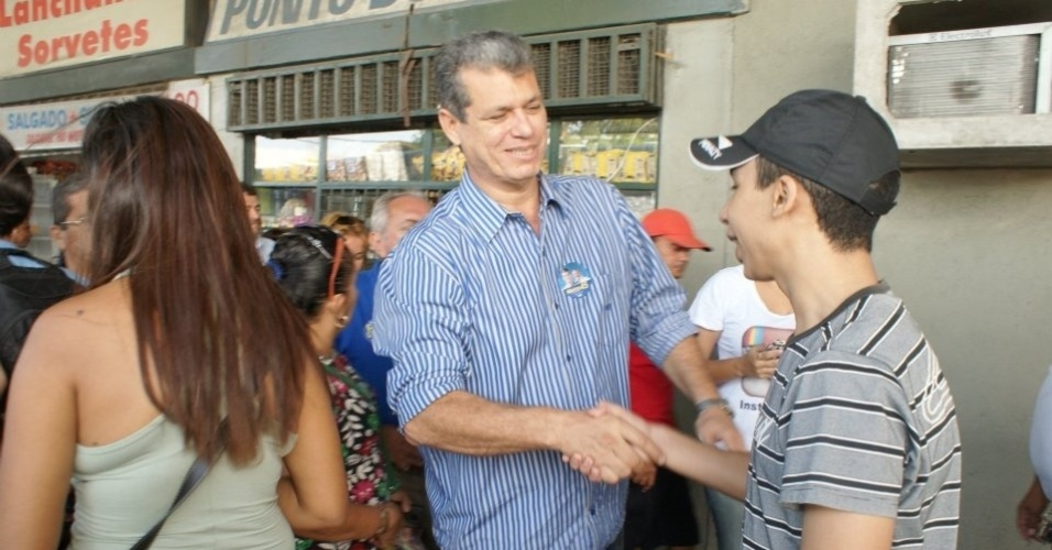 7.ago.2012 - O candidato do PSDB &#224; Prefeitura de Fortaleza, Marcos Cals, cumprimenta eleitor durante visita ao Terminal Ant&#244;nio Bezerra, na capital cearense