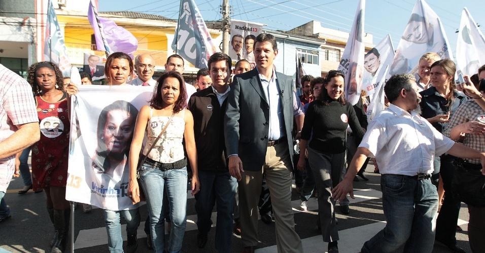 8.ago.2012 - Fernando Haddad, candidato do PT à Prefeitura de São Paulo, fez caminhada na tarde desta quarta-feira pelo bairro de Pirituba, zona norte da capital paulista