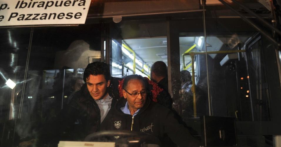 8.ago.2012 - Gabriel Chalita (à esq.), candidato do PMDB à Prefeitura de São Paulo, visita garagem de ônibus na estrada de Itapecerica, zona sul da capital