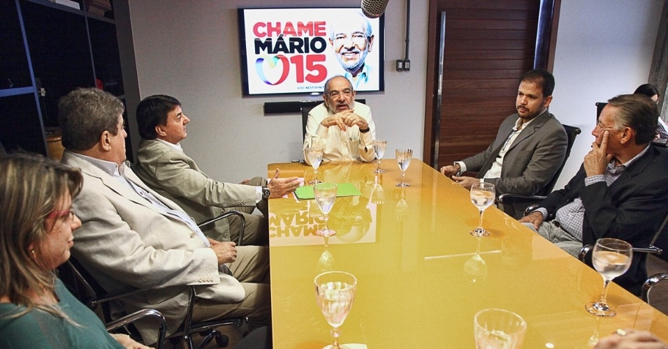 8.ago.2012 - O candidato do PMDB &#224; Prefeitura de Salvador, M&#225;rio Kert&#233;sz (centro), se re&#250;ne com representantes de diferentes entidades ligadas ao mercado publicit&#225;rio da Bahia