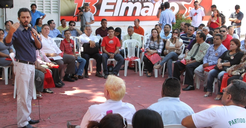 8.ago.2012 - O candidato do PT &#224; Prefeitura de Fortaleza, Elmano de Freitas (em p&#233;), discursa para integrantes de grupos evang&#233;licos na manh&#227; desta quarta-feira na capital cearense
