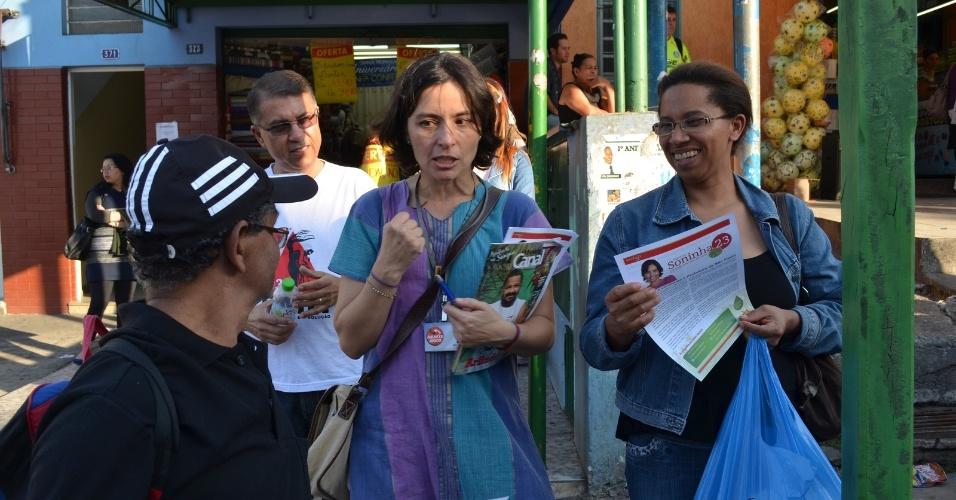 8.ago.2012 - A candidata do PPS à Prefeitura de São Paulo, Soninha Francine, conversa com eleitores durante caminhada pelo bairro de Perus, zona norte da capital