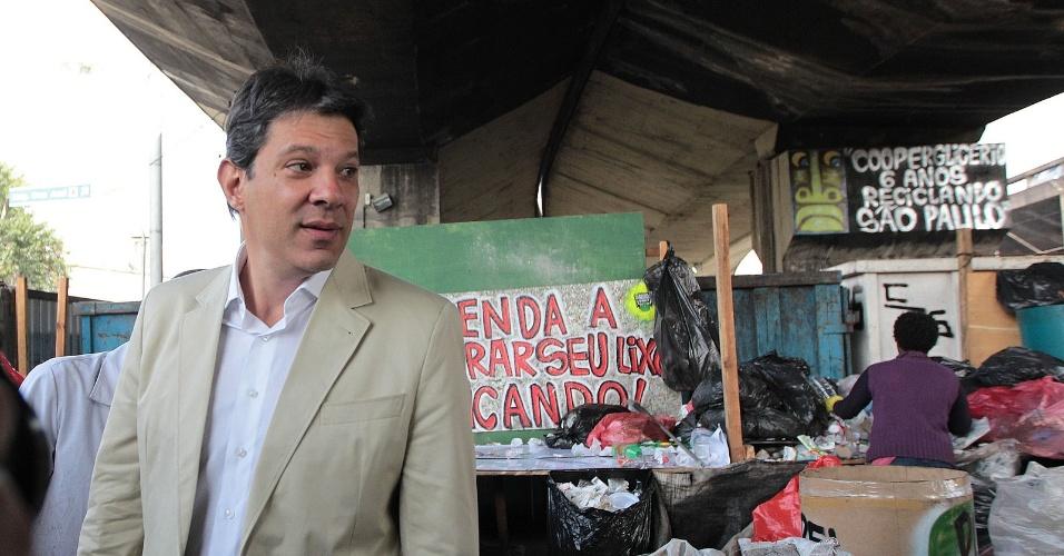 9.ago.2012 - Fernando Haddad, candidato do PT à Prefeitura de São Paulo, visita a Cooperglicério (Cooperativa dos Catadores da Baixada do Glicério), no centro da capital paulista
